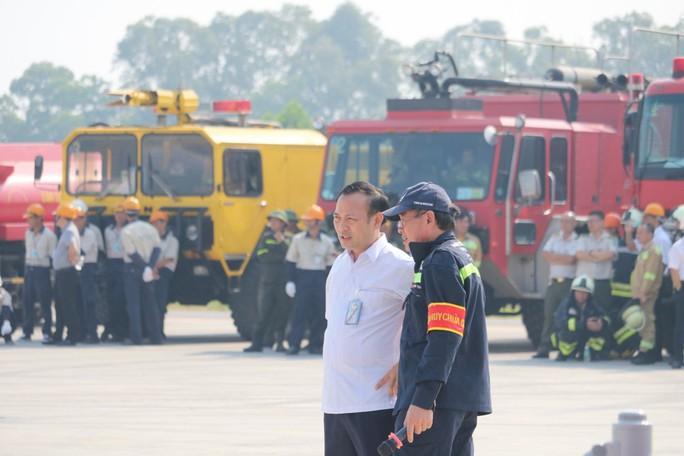 Cận cảnh tình huống máy bay hạ cánh khẩn cấp xuống Nội Bài khi gặp sự cố - Ảnh 6.