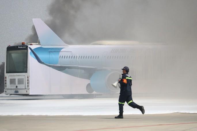 Cận cảnh tình huống máy bay hạ cánh khẩn cấp xuống Nội Bài khi gặp sự cố - Ảnh 10.