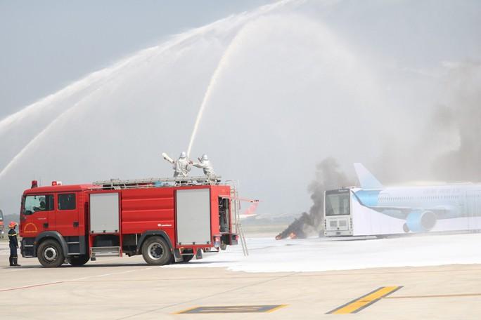Cận cảnh tình huống máy bay hạ cánh khẩn cấp xuống Nội Bài khi gặp sự cố - Ảnh 11.