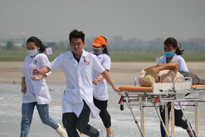Cận cảnh tình huống máy bay hạ cánh khẩn cấp xuống Nội Bài khi gặp sự cố - Ảnh 17.