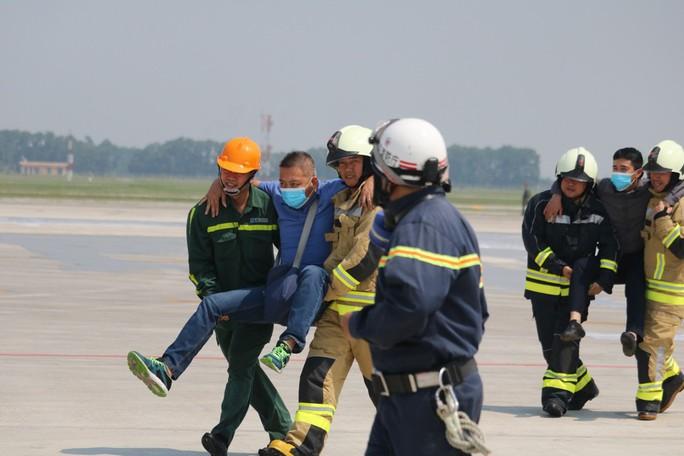 Cận cảnh tình huống máy bay hạ cánh khẩn cấp xuống Nội Bài khi gặp sự cố - Ảnh 14.
