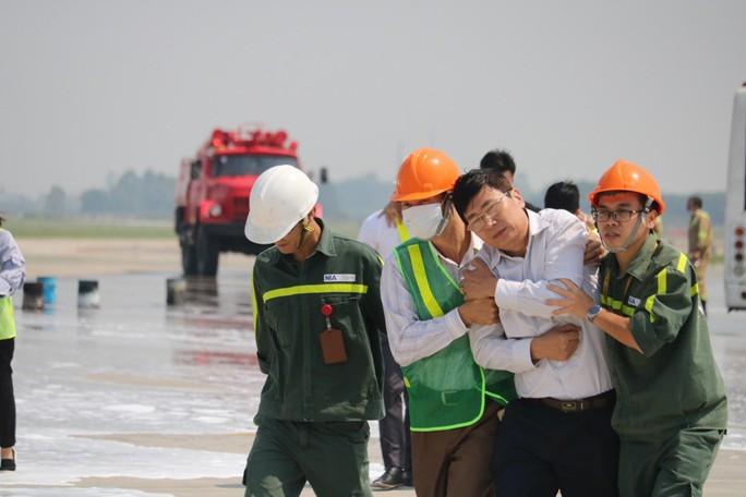 Cận cảnh tình huống máy bay hạ cánh khẩn cấp xuống Nội Bài khi gặp sự cố - Ảnh 15.