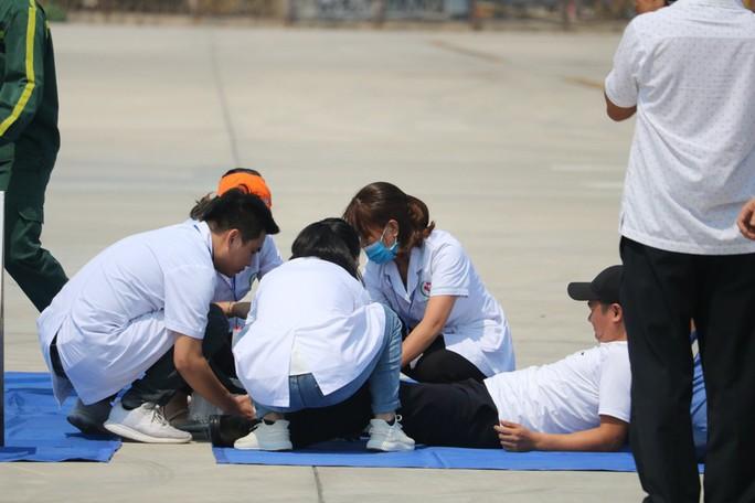 Cận cảnh tình huống máy bay hạ cánh khẩn cấp xuống Nội Bài khi gặp sự cố - Ảnh 18.