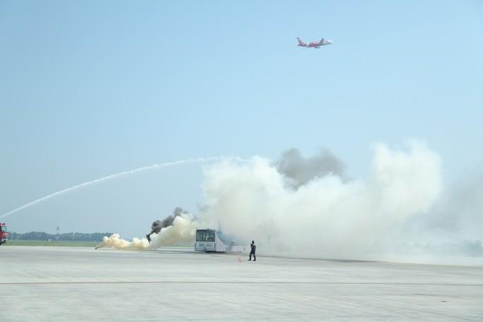 Cận cảnh tình huống máy bay hạ cánh khẩn cấp xuống Nội Bài khi gặp sự cố - Ảnh 8.