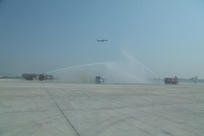 Cận cảnh tình huống máy bay hạ cánh khẩn cấp xuống Nội Bài khi gặp sự cố - Ảnh 9.