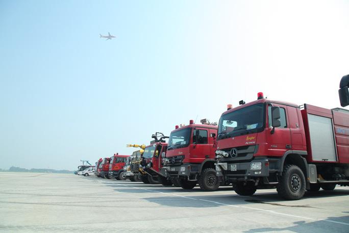 Cận cảnh tình huống máy bay hạ cánh khẩn cấp xuống Nội Bài khi gặp sự cố - Ảnh 1.