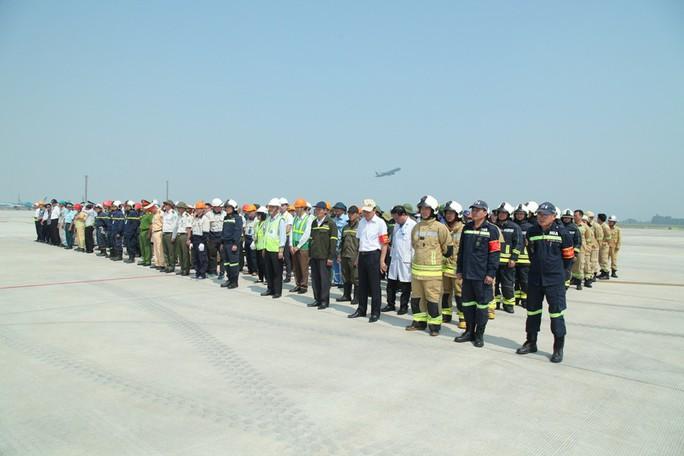 Cận cảnh tình huống máy bay hạ cánh khẩn cấp xuống Nội Bài khi gặp sự cố - Ảnh 3.