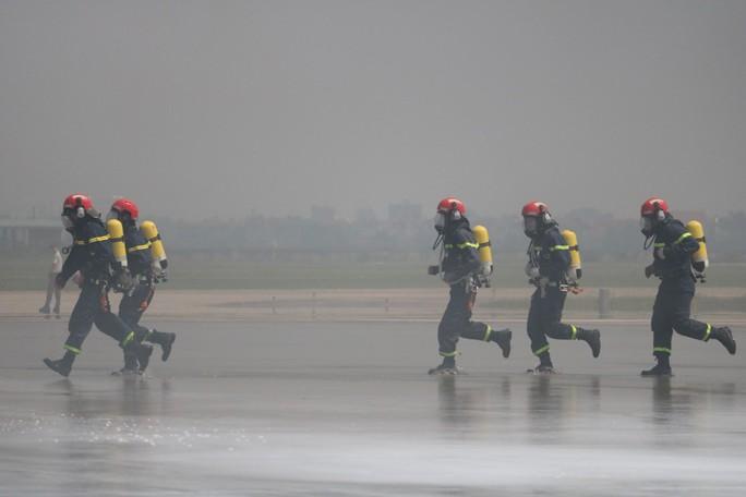 Cận cảnh tình huống máy bay hạ cánh khẩn cấp xuống Nội Bài khi gặp sự cố - Ảnh 13.