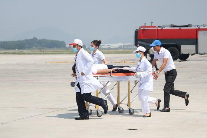 Cận cảnh tình huống máy bay hạ cánh khẩn cấp xuống Nội Bài khi gặp sự cố - Ảnh 16.