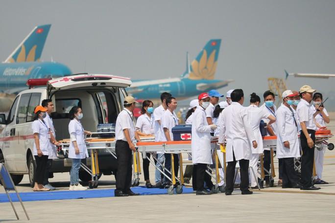 Cận cảnh tình huống máy bay hạ cánh khẩn cấp xuống Nội Bài khi gặp sự cố - Ảnh 7.