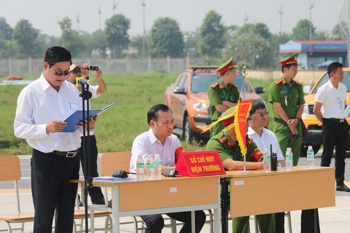 Cận cảnh tình huống máy bay hạ cánh khẩn cấp xuống Nội Bài khi gặp sự cố - Ảnh 20.