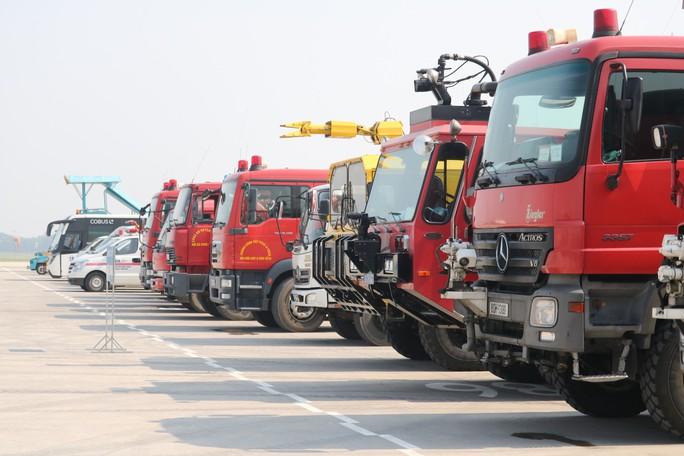 Cận cảnh tình huống máy bay hạ cánh khẩn cấp xuống Nội Bài khi gặp sự cố - Ảnh 2.