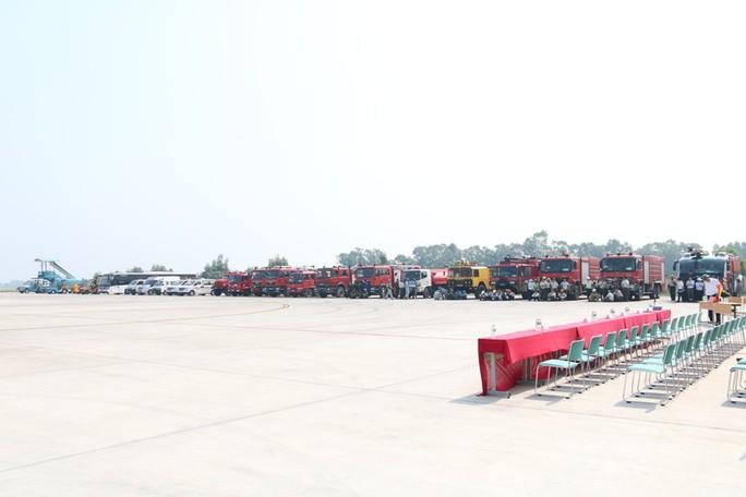 Cận cảnh tình huống máy bay hạ cánh khẩn cấp xuống Nội Bài khi gặp sự cố - Ảnh 19.