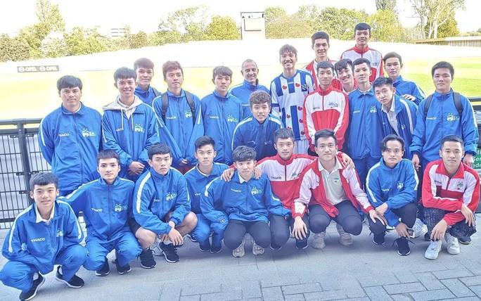 Học viện HAGL JMG thăm Đoàn Văn Hậu nhân dịp đá với U17 Feyenoord - Ảnh 1.