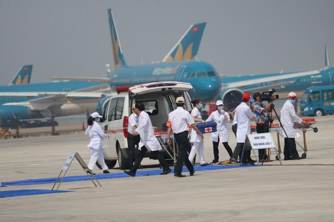 Cận cảnh tình huống máy bay hạ cánh khẩn cấp xuống Nội Bài khi gặp sự cố - Ảnh 12.