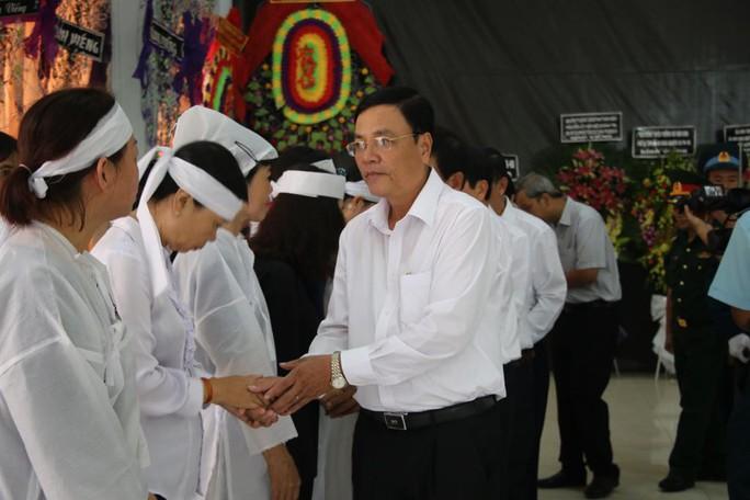Lễ viếng Đại tá phi công Nguyễn Văn Bảy đang diễn ra tại quê nhà - Ảnh 3.