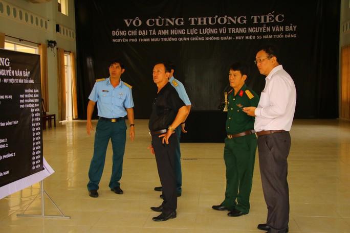 Lễ viếng Đại tá phi công Nguyễn Văn Bảy đang diễn ra tại quê nhà - Ảnh 11.