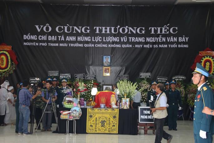 Lễ viếng Đại tá phi công Nguyễn Văn Bảy đang diễn ra tại quê nhà - Ảnh 6.