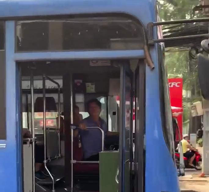 Tài xế xe buýt nhổ nước bọt, bóp còi inh ỏi... khi người đi đường nhắc nhở - Ảnh 1.