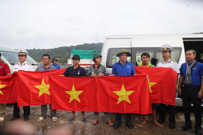 Cờ Tổ quốc đến tay ngư dân đảo Thổ Chu - Ảnh 1.