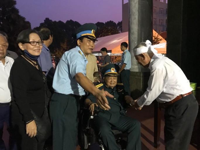 Hàng trăm người tiễn đưa Anh hùng phi công Nguyễn Văn Bảy về đất mẹ - Ảnh 7.