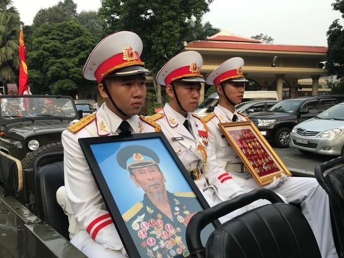 Hàng trăm người tiễn đưa Anh hùng phi công Nguyễn Văn Bảy về đất mẹ - Ảnh 4.