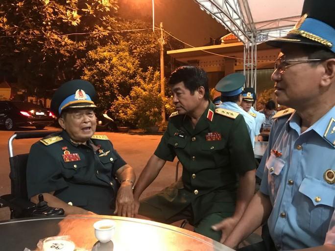 Hàng trăm người tiễn đưa Anh hùng phi công Nguyễn Văn Bảy về đất mẹ - Ảnh 5.