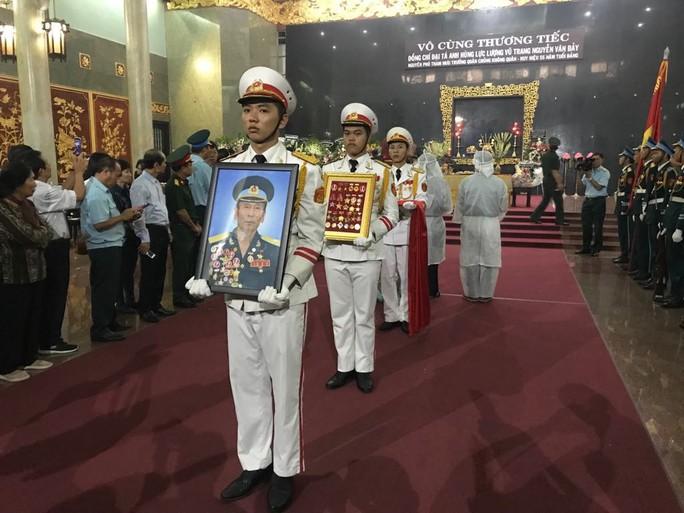 Hàng trăm người tiễn đưa Anh hùng phi công Nguyễn Văn Bảy về đất mẹ - Ảnh 6.