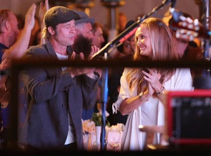 Brad Pitt hẹn hò tình mới hậu ly hôn Angelina Jolie? - Ảnh 1.