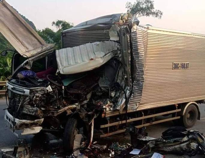 Tông đuôi xe đầu kéo, tài xế xe tải tử vong kẹt trong cabin - Ảnh 3.