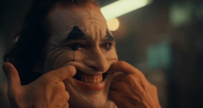 Ám ảnh thảm sát, rạp phim cấm mang mặt nạ khi xem Joker - Ảnh 1.