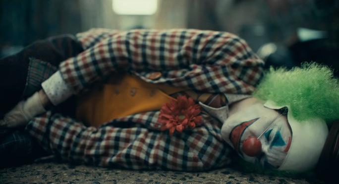 Ám ảnh thảm sát, rạp phim cấm mang mặt nạ khi xem Joker - Ảnh 3.