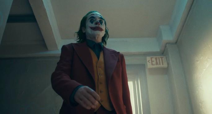 Ám ảnh thảm sát, rạp phim cấm mang mặt nạ khi xem Joker - Ảnh 2.