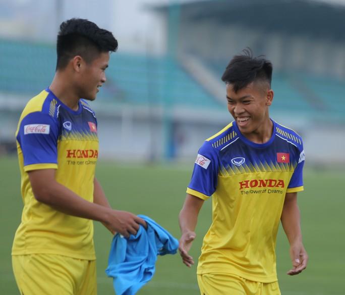 Cận cảnh buổi tập nhẹ nhàng, vui vẻ của Đội tuyển U23 Việt Nam - Ảnh 1.