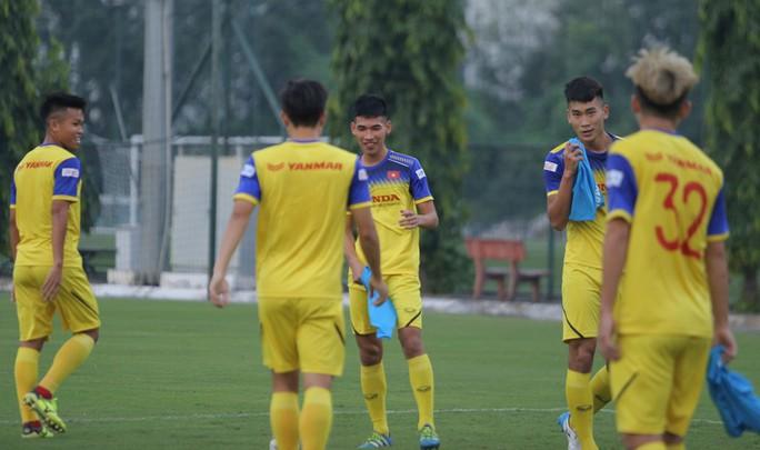 Cận cảnh buổi tập nhẹ nhàng, vui vẻ của Đội tuyển U23 Việt Nam - Ảnh 7.