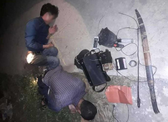 Mang kiếm đi trộm chó, 2 thanh niên bị người dân vây đánh nhập viện, đốt xe máy