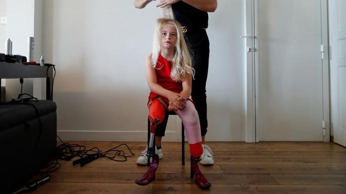 Mẫu nhí không chân làm nên lịch sử trên sàn catwalk - Ảnh 2.