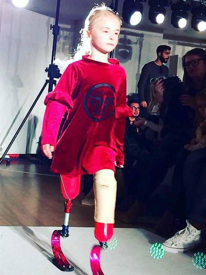 Mẫu nhí không chân làm nên lịch sử trên sàn catwalk - Ảnh 7.
