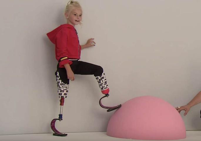Mẫu nhí không chân làm nên lịch sử trên sàn catwalk - Ảnh 8.