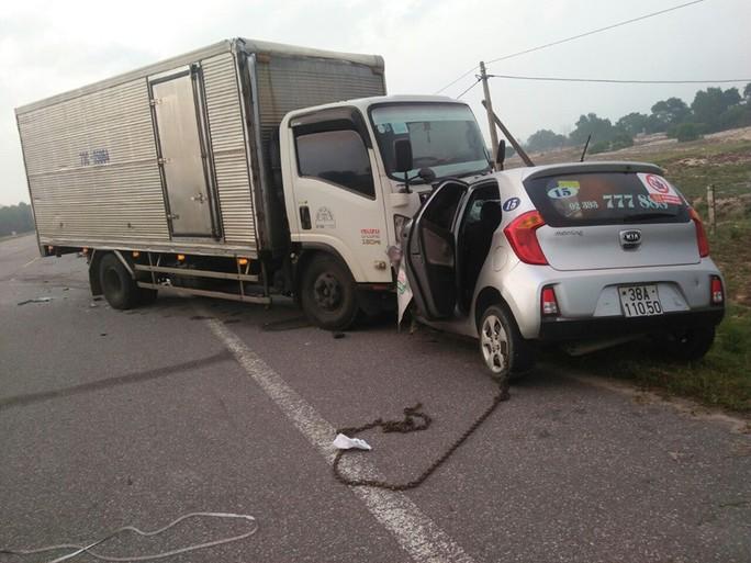 Tài xế xe taxi và hành khách tử vong sau cú tông trực diện của xe tải - Ảnh 1.