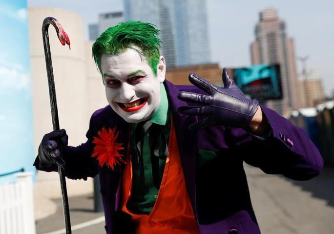 Ám ảnh thảm sát, rạp phim cấm mang mặt nạ khi xem Joker - Ảnh 4.