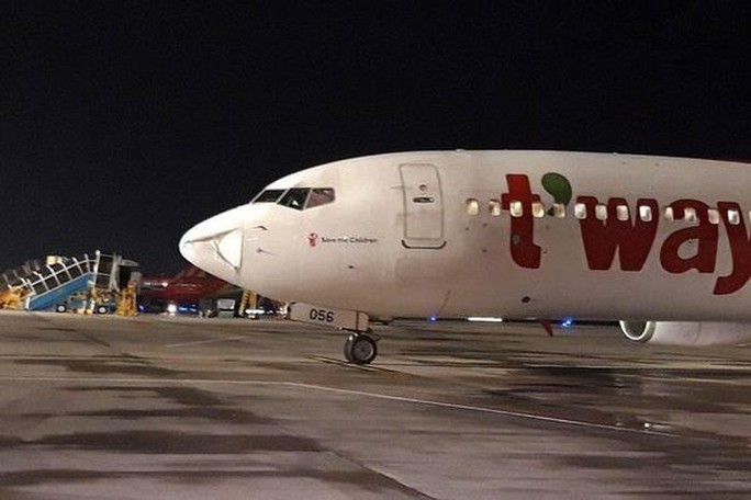 Máy bay Hàn Quốc hạ cánh khẩn nguy xuống Tân Sơn Nhất do vật thể lạ - Ảnh 1.