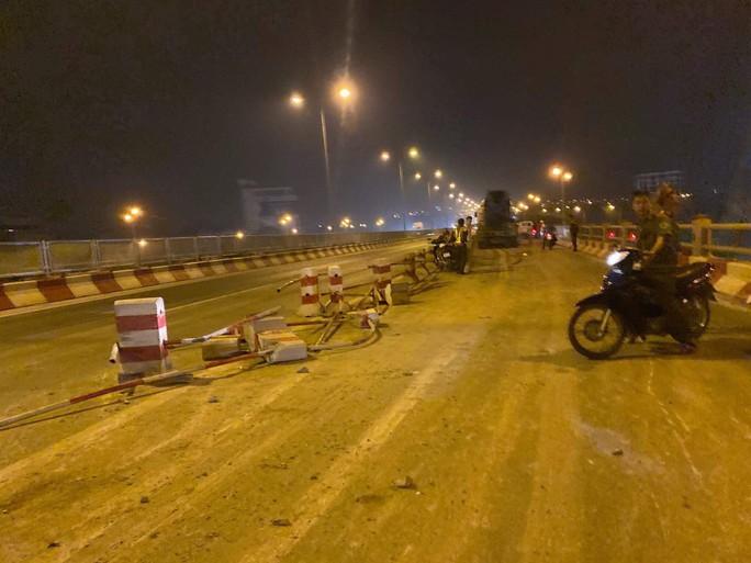 Xe bồn mất lái san phẳng 20 m dải phân cách, tông nhiều xe máy - Ảnh 1.