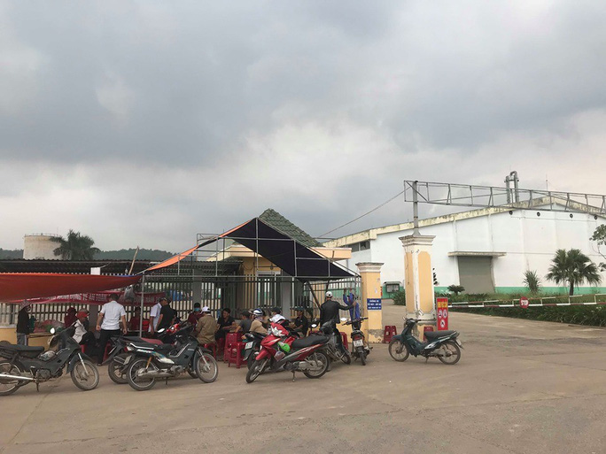 Người dân Quảng Nam bao vây nhà máy cồn vì để xảy ra sự cố tràn dầu - Ảnh 2.