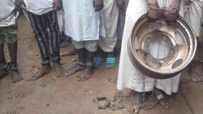 Giải cứu gần 500 bé trai và đàn ông khỏi Ngôi trường tra tấn - Ảnh 1.