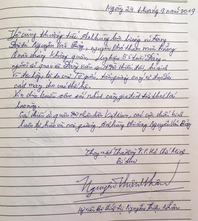 Xúc động những dòng chữ trong sổ tang Anh hùng phi công - Đại tá Nguyễn Văn Bảy - Ảnh 1.