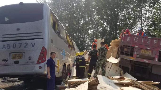 Xe buýt đối đầu xe tải, ít nhất 36 người thiệt mạng - Ảnh 1.