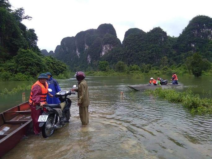 Điều ca nô đưa 2 sản phụ đi sinh kịp thời trong lũ dữ ở Quảng Bình - Ảnh 1.
