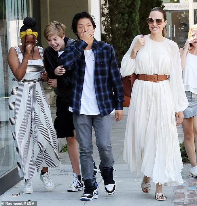 Angelina Jolie duyên dáng bên Pax Thiên, Zahara, Shiloh - Ảnh 2.