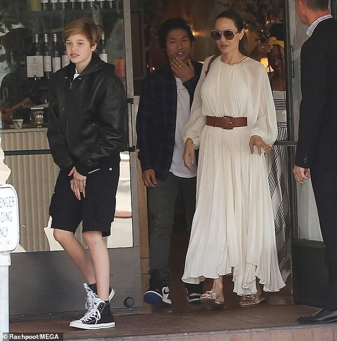 Angelina Jolie duyên dáng bên Pax Thiên, Zahara, Shiloh - Ảnh 1.